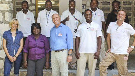 medi Senior-Chef Dr. Michael Weihermueller auf einem Gruppenfoto mit medi for help Personal und den örtlichen Fachkräften in Haiti