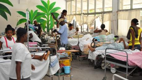 Bild eines Raumes voll mit Krankenbetten und Patienten