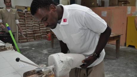 Örtliche Fachkraft beim Herstellen eines Medizinproduktes aus Gips in der Werkstatt