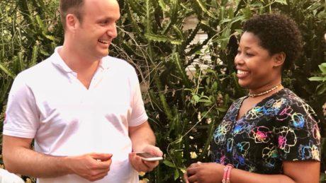 Lachender Austausch zwischen einem medi for help Volontär und einer Haitianerin