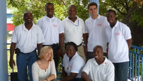 Gruppenbild von Cornelia Koehler mit einem medi for help Freiwilligen und mehreren Haitianern