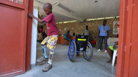 Haitianer Frederic nach der orthopädischen Versorgung mit Orthesen und Schuhen in der medi for help Physiotherapie