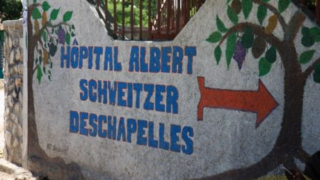 """Wegweiser zum """"Hosptial Albert Schweitzer"""" in Deschapelles"""